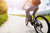 Mann fährt Elektro-Mountainbike in den Alpen