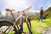 Mann genießt fantastische Aussicht nach Bergankunft