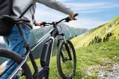 Hauptmann mit dem Fahrrad in den Alpen