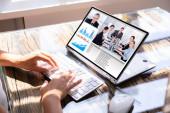 abgeschnittenes Bild einer Geschäftsfrau, die Laptop am Schreibtisch für Videokonferenzen benutzt