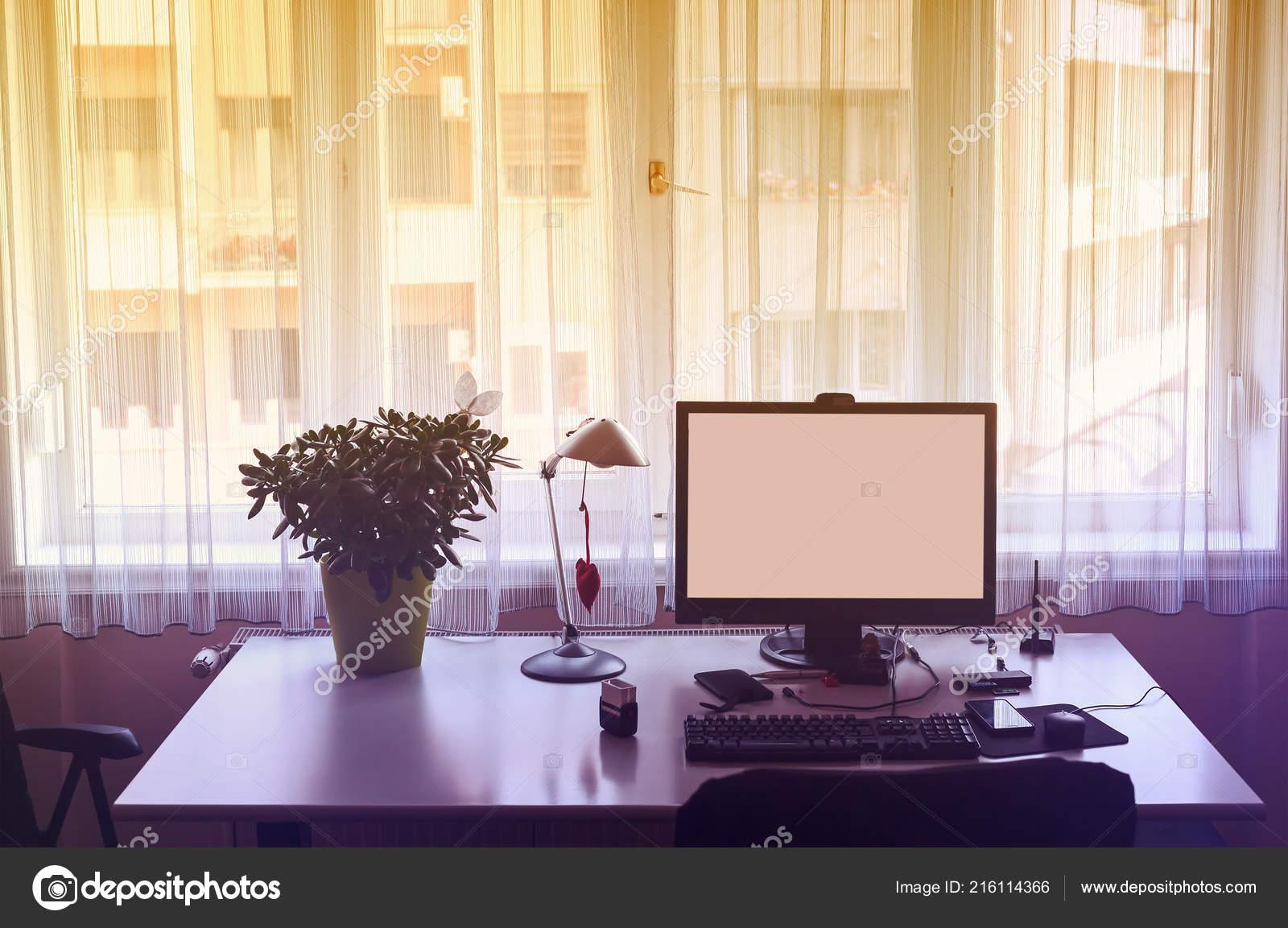 Travail maison table bureau vide avec ordinateur derrière fenêtre