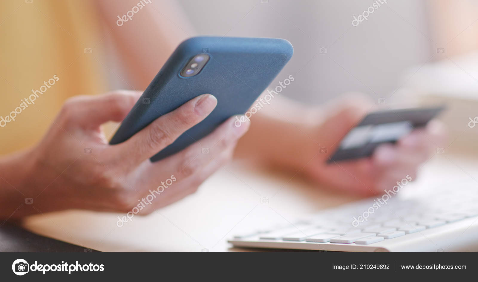 8cc00245d2c2 Χρήση Κινητών Τηλεφώνων Καθώς Και Πιστωτική Κάρτα Για Online Αγορές — Φωτογραφία  Αρχείου