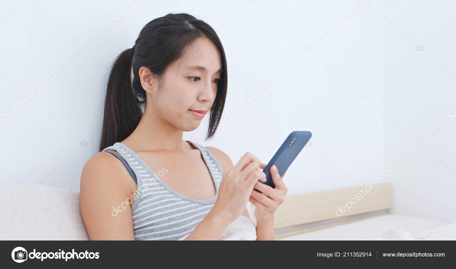Illuminazione Casa Smart : Donna che mezzo del telefono mobile app controllare illuminazione