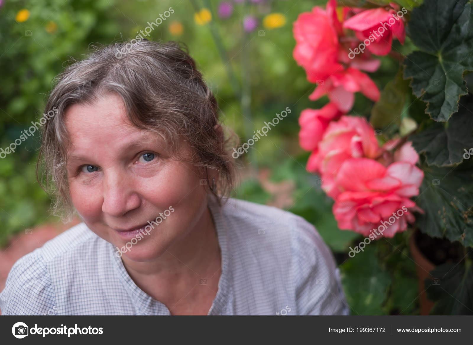 Femme mature dan son jardin