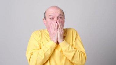 ce66bc0242 Ανώτερος Άνθρωπος Mature Σοκαρισμένος Έκπληκτος Χέρια Που Καλύπτει Στόμα  Μάτια Πλάνα Αρχείου