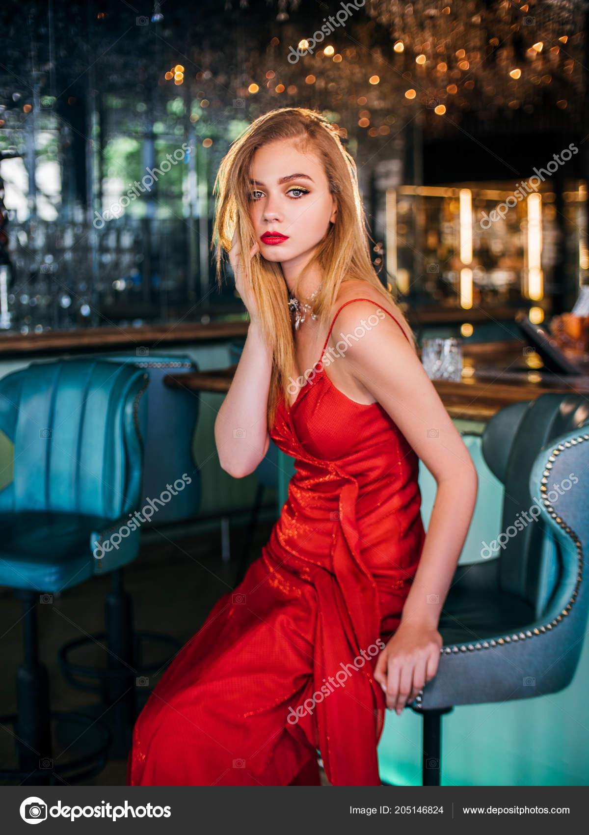 Stran Foto sexy Lady elegance v červených šatech s červenými rty —  Fotografie od ... 437c55e28d0