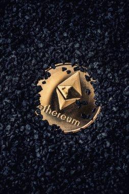 Ethereum altın sikke siyah bir arka plan üzerinde