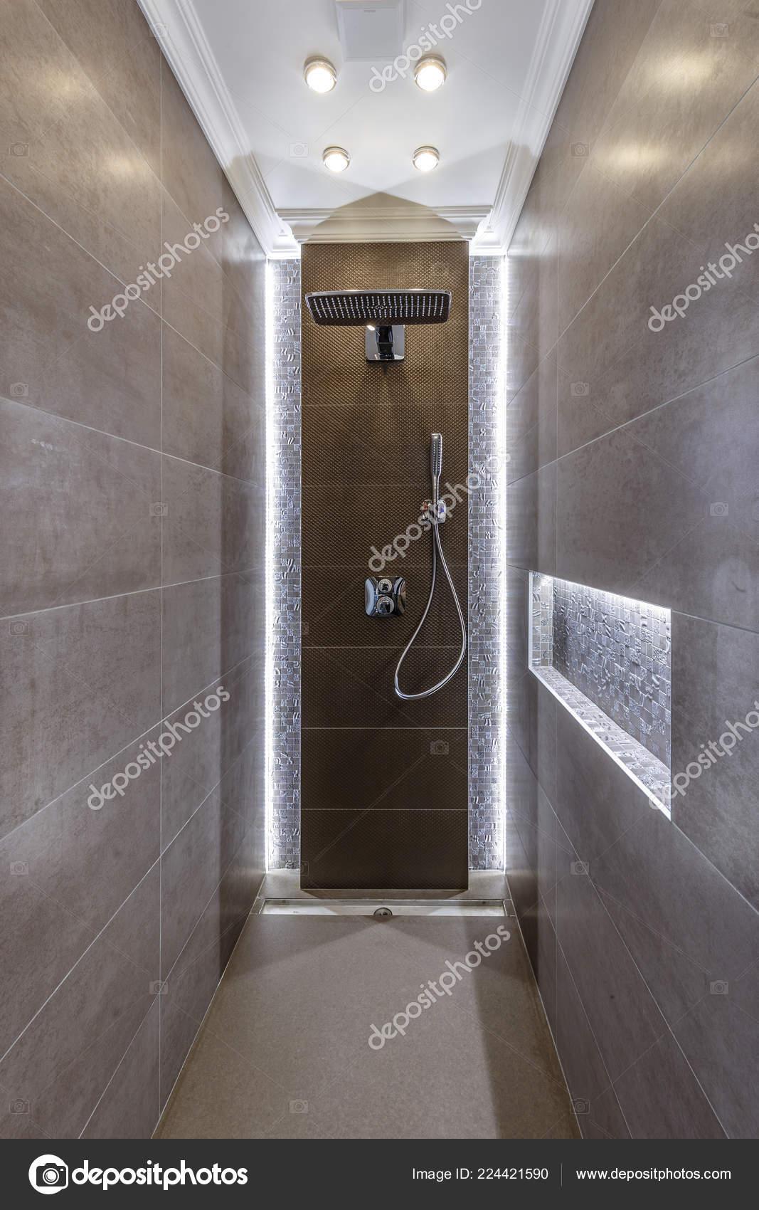 Marrone E Blu Arredo Bagno In Tessuto Con Ganci Scenery Decor Shower Shower Single Window With White Curtain On A Wooden Made Foto Di Casa Di Boscaiolo Tende Da Doccia Binari E