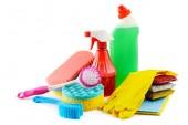 Nastavení čističe izolovaných na bílém pozadí. Prostøedky, houby, štětce, ubrousky, gumové rukavice