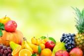 Velký sběr ovoce a zeleniny na rozostření pozadí zelené. Kopírovat prostor.
