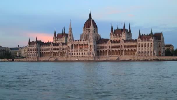 Szép esti kilátás a magyar Parlament épületére és a Dunára Budapesten