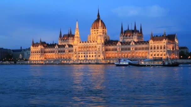 Gyönyörű esti kilátás Budapest városára, a Parlament épületére és a Duna folyóra