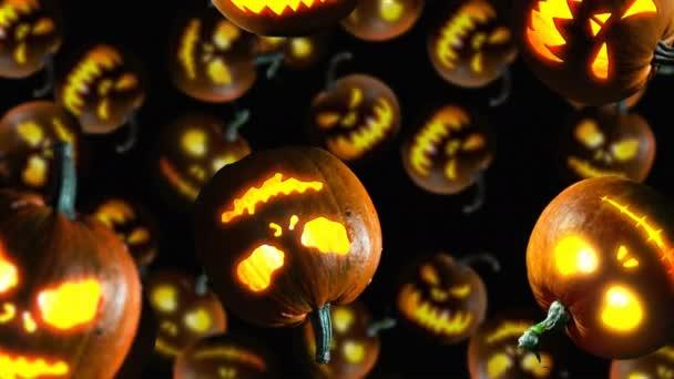 Halloween dýně padají na černém pozadí. 4k video
