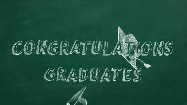 Ručně kreslený text Absolventi Blahopřejeme a maturitní čepičky na zeleném tabuli.