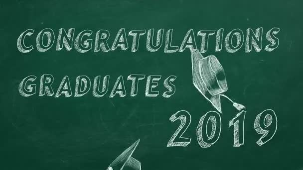 Ruční kreslení textu Gratulujeme absolventům. 2019. a zátky na zeleném tabuli.