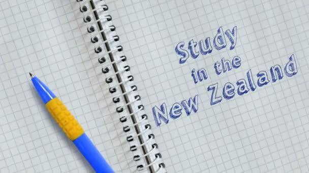 Szöveg tanulmány Új-Zélandon kézírásos a lapon a notebook és animált.
