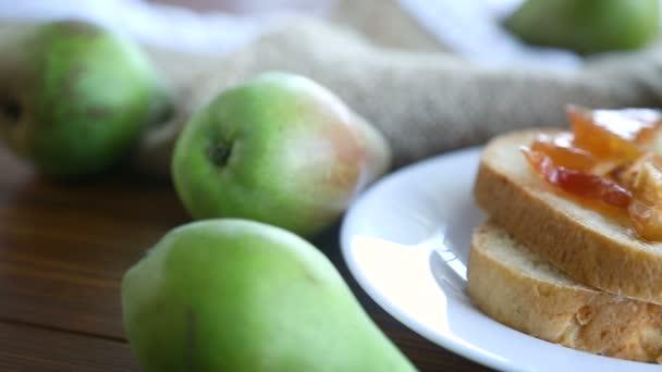 kousky chleba s sladké domácí ovoce marmeláda z hrušek a jablek v destičce