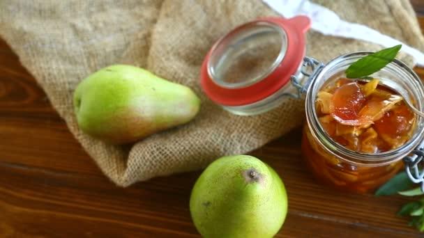 sladké ovoce džem s jablky a hruškami ve skleněné nádobce