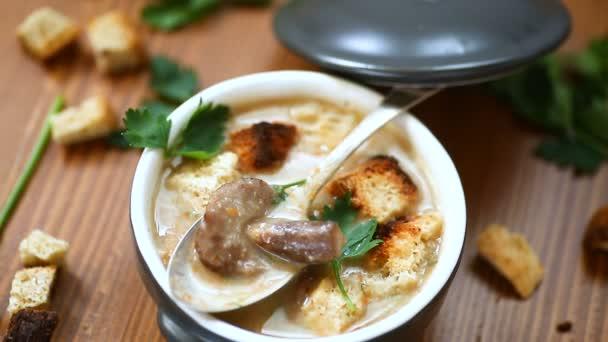 protlak polévka s houbami a krutony mísy