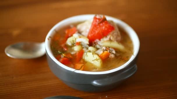 zeleninová polévka s karbanátky a pepř v destičce