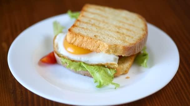 friss saláta szendvics elhagyja, és sült tojás meleg pirítós