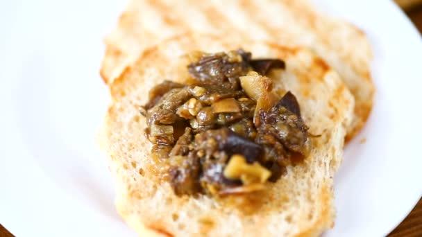 előétel a főtt zöldséget, kenyeret padlizsán