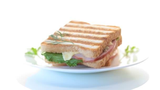friss szendvics zöldségekkel, szalonnával és sajttal fehér