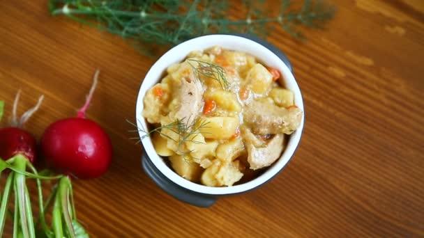 dušené brambory se zeleninou, zelím a masem v misce