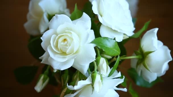 Strauß schöner weißer Rosen auf dem Tisch