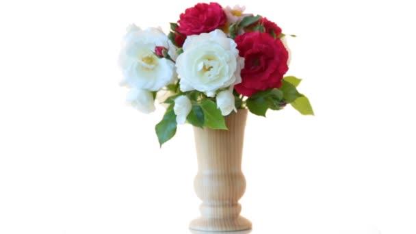 kytice krásných červených růží na bílém