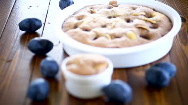 sladký houbová dort se švestkami, na stole.