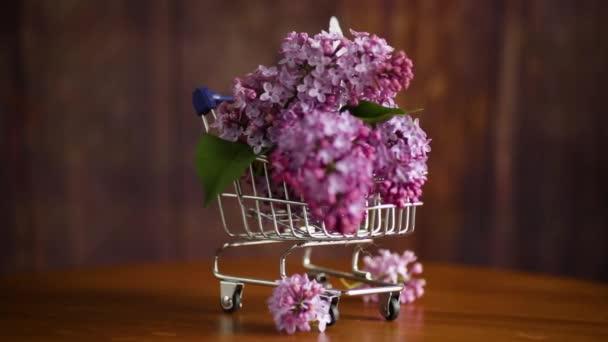 tavaszi virágzó orgona csokor bevásárlókocsiban