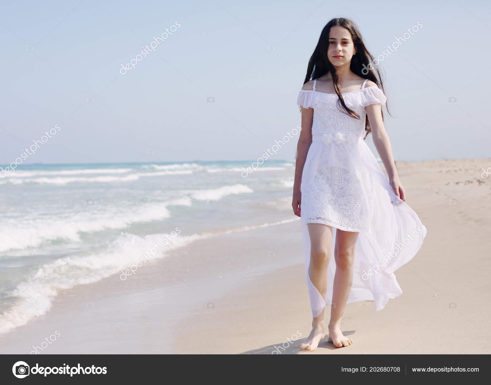 e85e4661379 Πορτρέτο του Νέοι γερμανική προγονή 12 χρονών κορίτσι περπάτημα μόνο στην  παραλία στη θερινή ημέρα — Εικόνα από ...