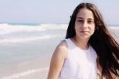 Portrét roztomilá dívka na pláži v letním dni