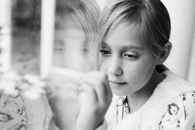 Pencereden bakan genç bir kız. Quarentine konsepti