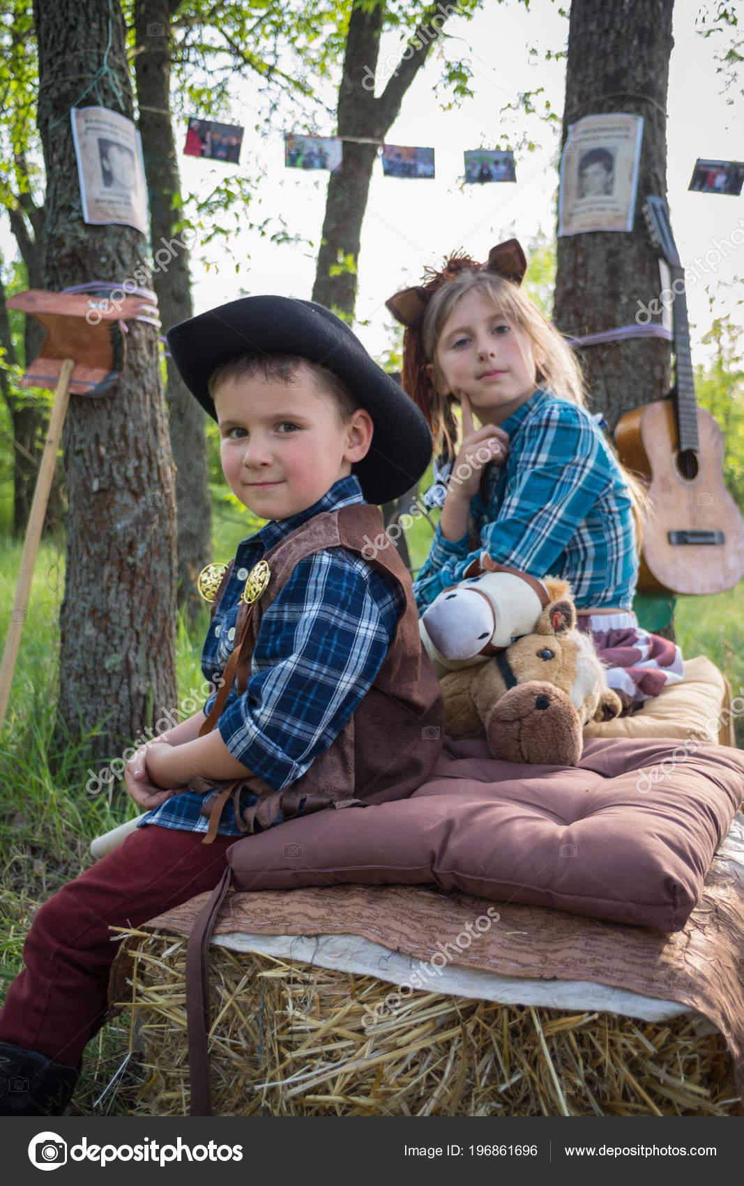 Fotos Niños Vestidos De Vaqueros Niños Graciosos Vestidos