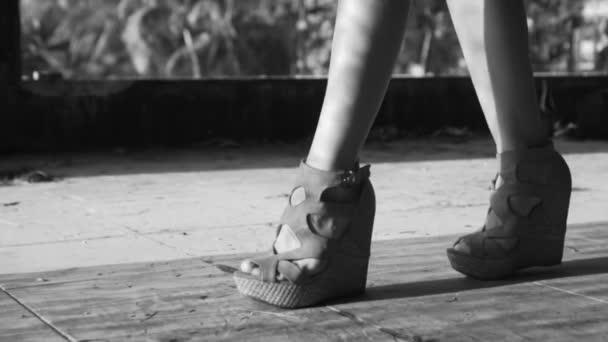 16727482e4 Closeup Woman Legs Walking Closeup Woman Legs Wearing Wedges Walking —  Stock Video
