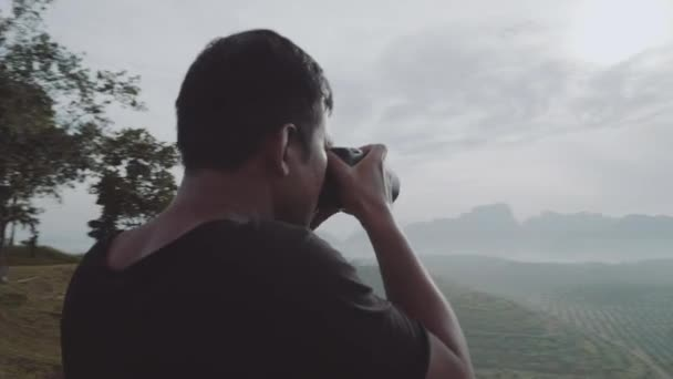 Pořízení fotografie krásného tropického ostrova krajiny/hnutí záběr fotograf cestovatel pořizování Foto krásný tropický ostrov krajiny a zamračená obloha stoje na kopci během ranní cestovatel fotograf-video v pomalém pohybu