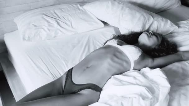 Krásná sexy dáma v kalhotky a podprsenka pózování. Portrét, fashion model Girl uvnitř. Krása ženy s atraktivní tělo v video-spodní prádlo - černé a bílé