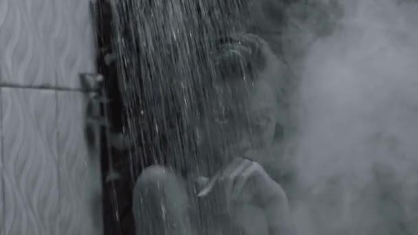 Krásné sexy dáma osprchování v její koupelně. Portrét, fashion model Girl uvnitř. Krása ženy s atraktivní tělo v video-spodní prádlo - černé a bílé