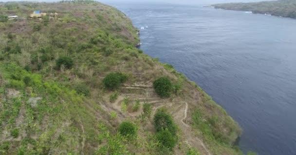 Légi drone nézet sziklák és az óceánra, a Nusa Penida sziget, Bali, Indonézia
