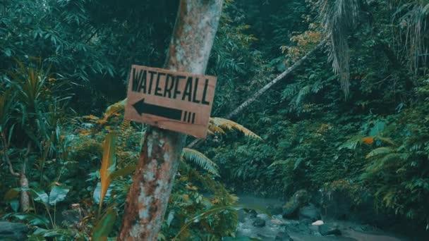 Dřevěná vodopád znamení v džungli tropického deštného pralesa