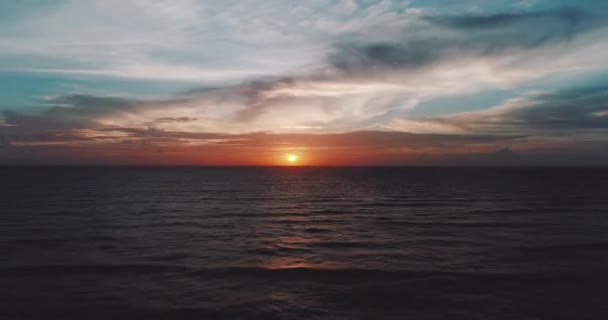 Légi drone Nézd szép tenger felett felhős napnyugtakor ég háttere