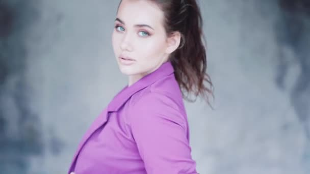 Detailní obličej ženy úžasné oči. Módní krása portrét dívky, izolované nad šedou betonovou stěnu pozadí