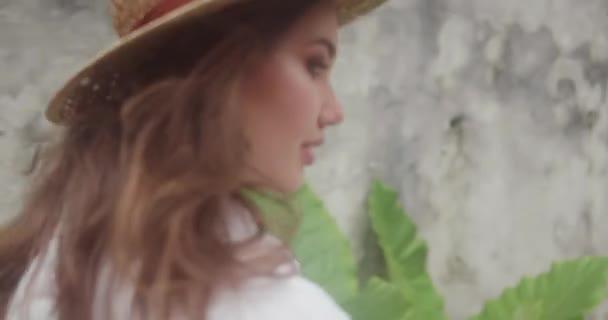 Módní krása portrét usmívající se dívka v bílých šatech a slaměný klobouk nad šedou betonovou zeď, samostatný