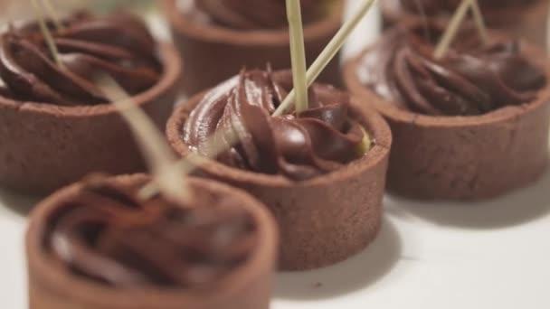 Closeup cukrárna dezert mini dortík citron s karamelové, čokoládové a citronové koláče - video v pomalém pohybu