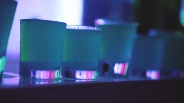 Vértes koktél lövés a bárban, night klub. Fél fogalma