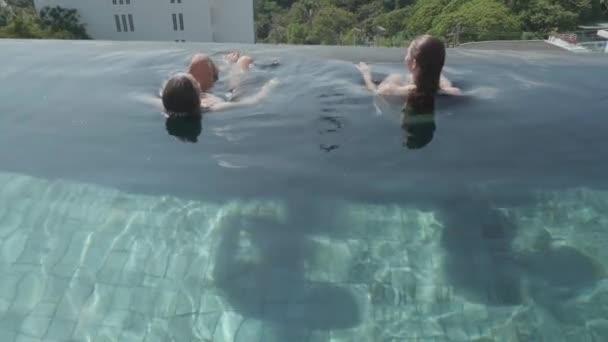 junge hübsche Frauen im Bikini schwimmen, entspannen im Freibad - Video in Zeitlupe
