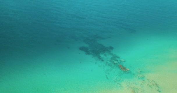 Pohled shora letecké dron transparentní mělké vody mořské hladiny oceánu