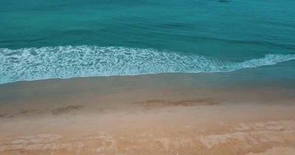 Átrepülnek homokos strand gyönyörű tengeri lagúnára és a trópusi fák alatt nyári napon. Nyári és utazás nyaralás koncepció